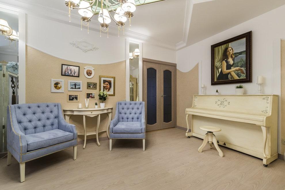 Декор картиной стены гостиной над роялем