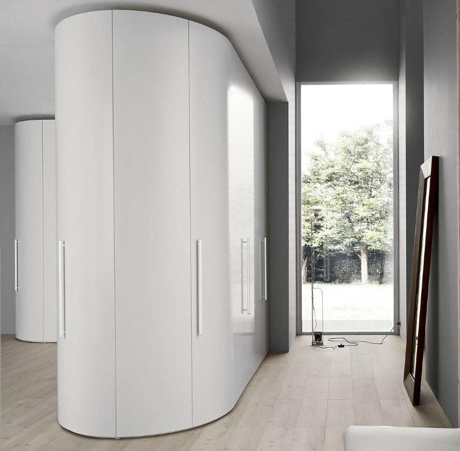 Стильный шкаф с изогнутыми формами в коридоре частного дома