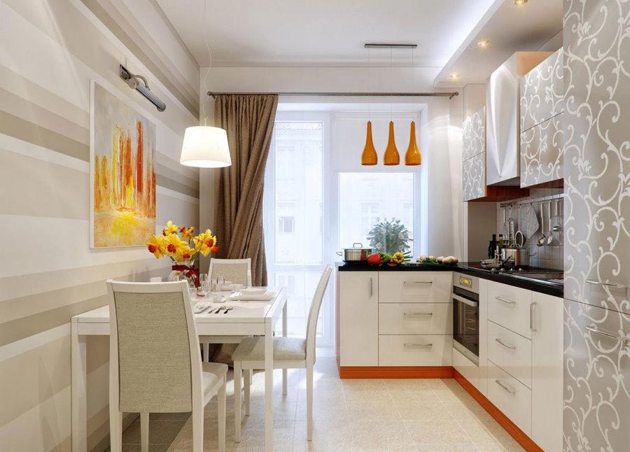 Обеденный стол на кухне с выходом на балкон