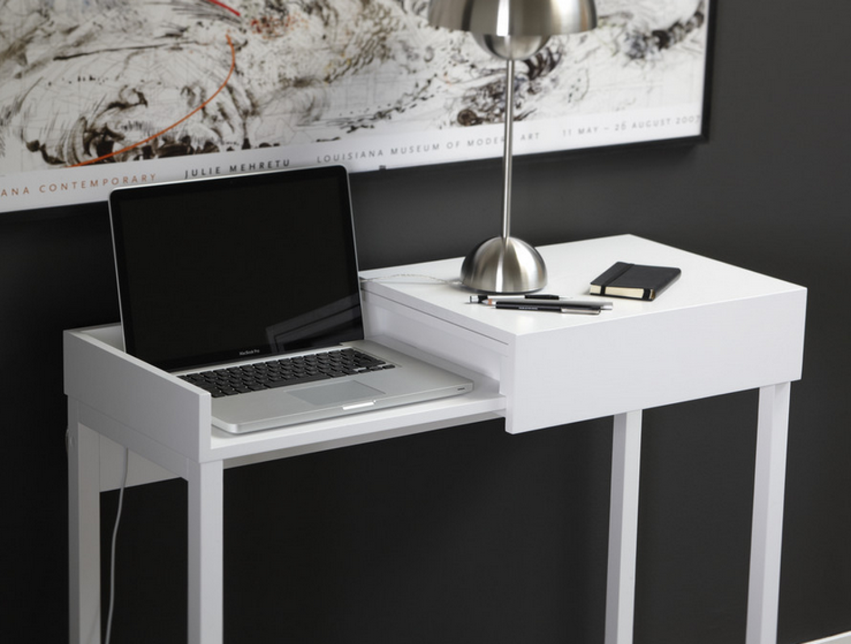 стол трансформер в гостиной для ноутбука