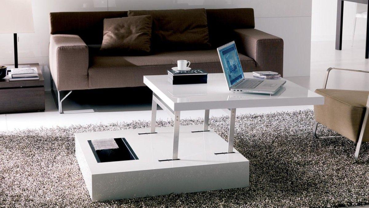 стол трансформер в гостиной под ноутбук