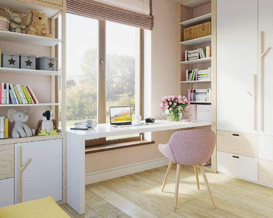 Письменный стол подростка около окна комнаты