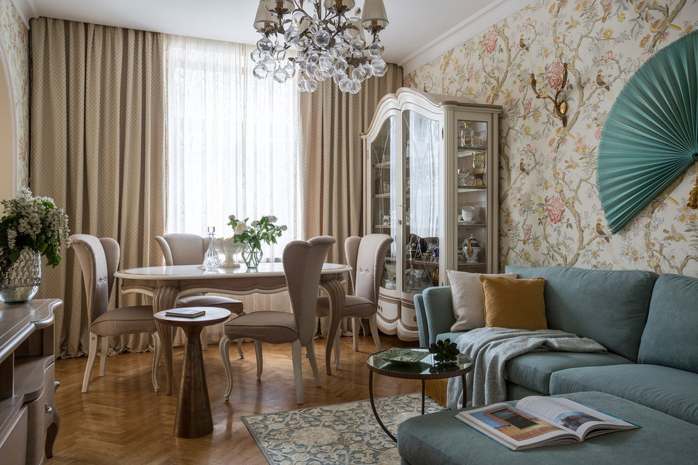 Обеденный стол в столовой-гостиной с угловым диваном