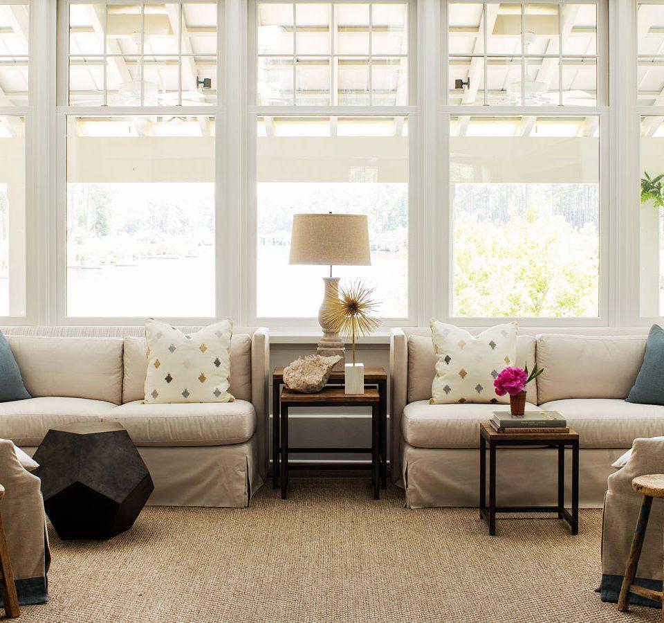 Небольшой столик между диванами в гостиной
