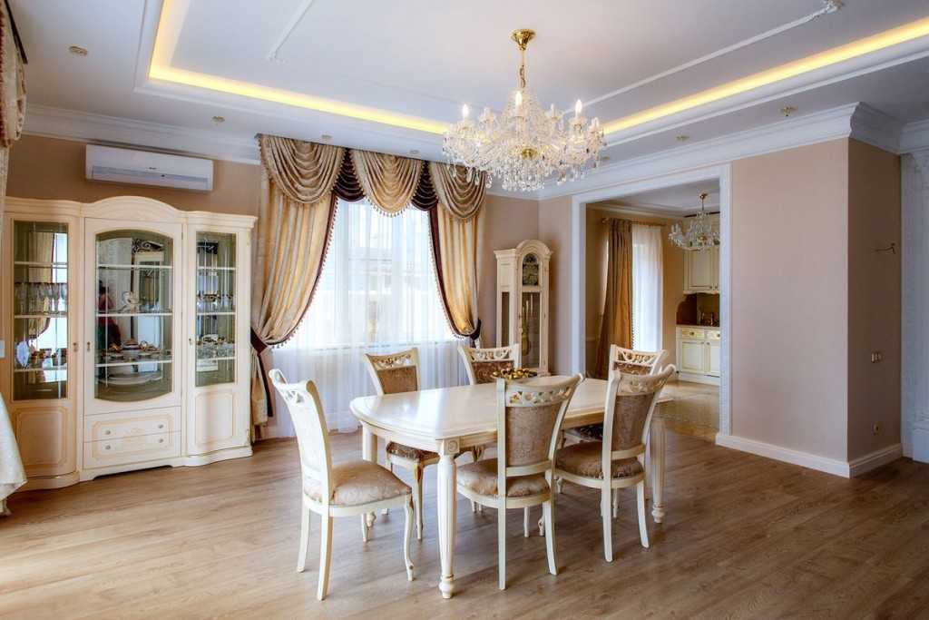 Обеденная группа в гостиной-столовой классического стиля