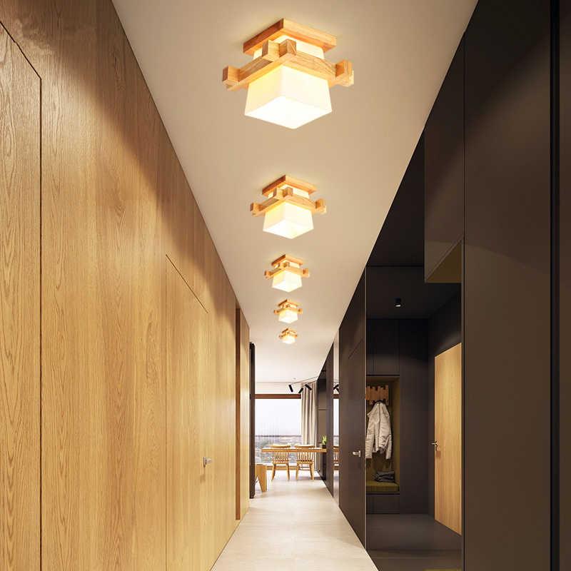 Небольшие светильники на белом потолке коридора