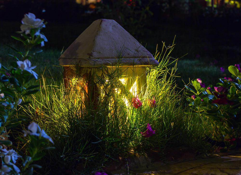 Декоративная подсветка газона маленьким светильником