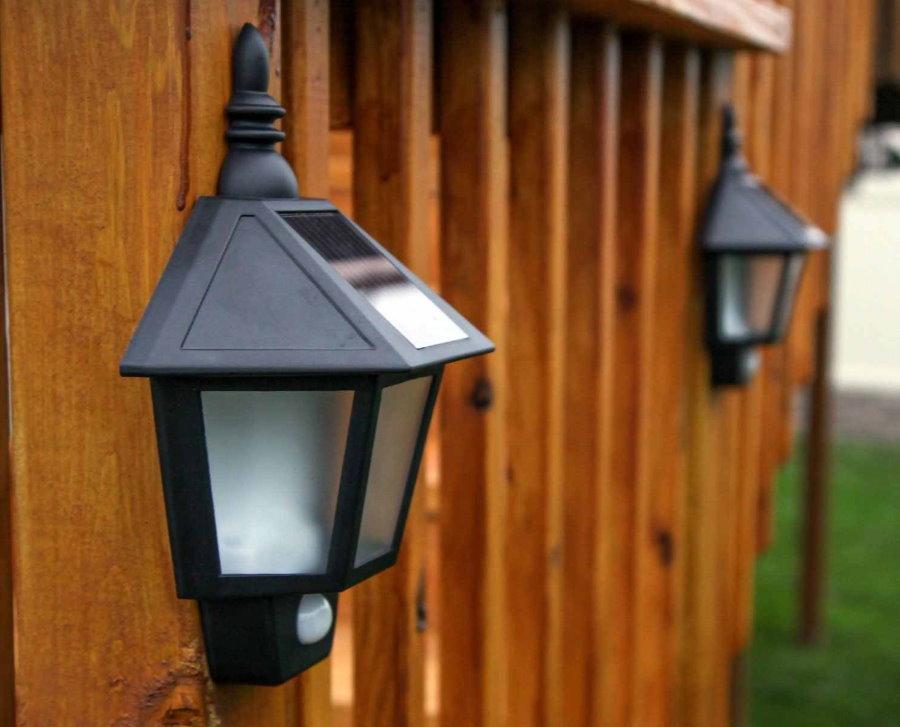 Солнечный светильник с датчиком движения на деревянном заборе