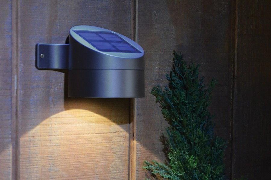 Компактный светильник с датчиком движения на доске забора