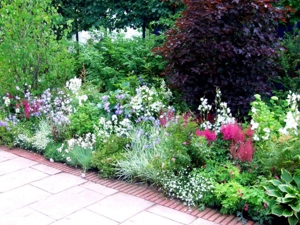 Садовая клумба с многолетними цветами