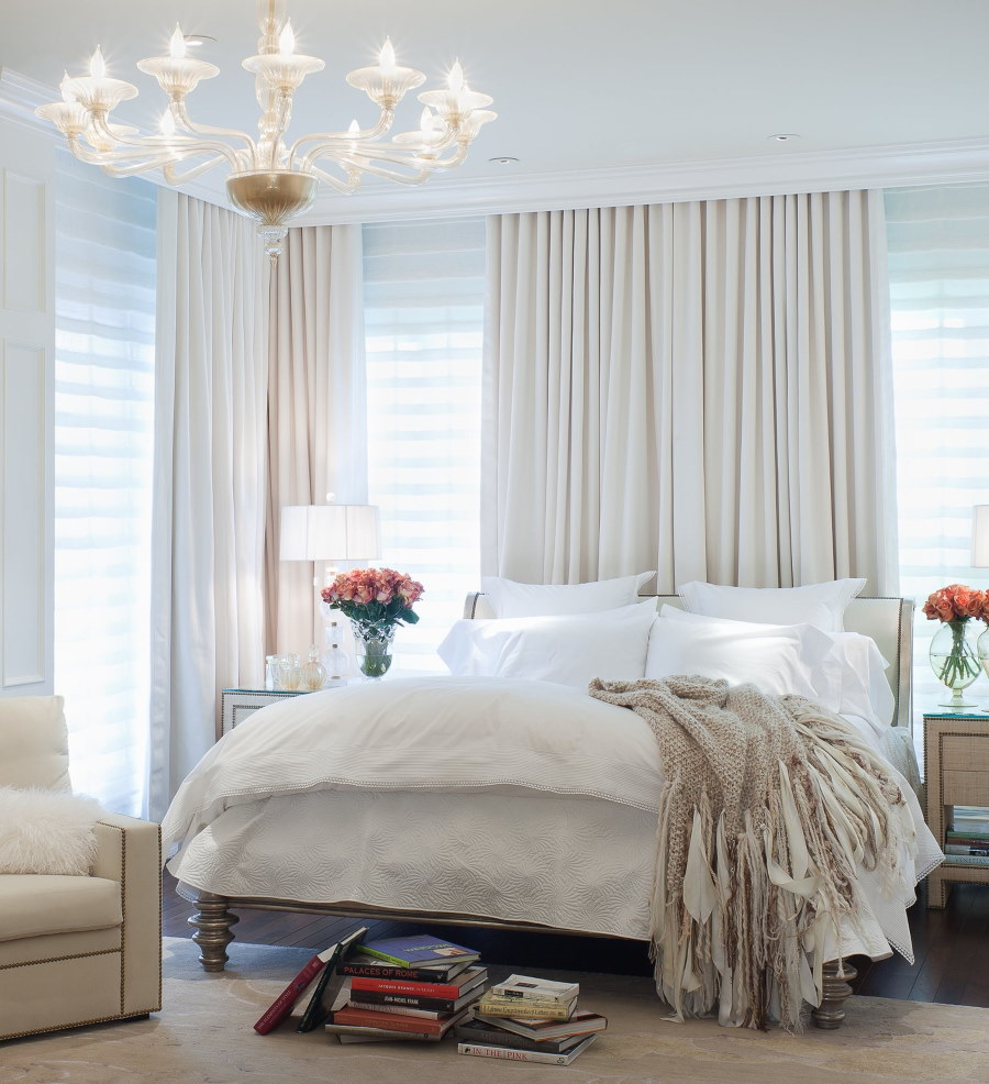 Светлые занавески на окне спального помещения
