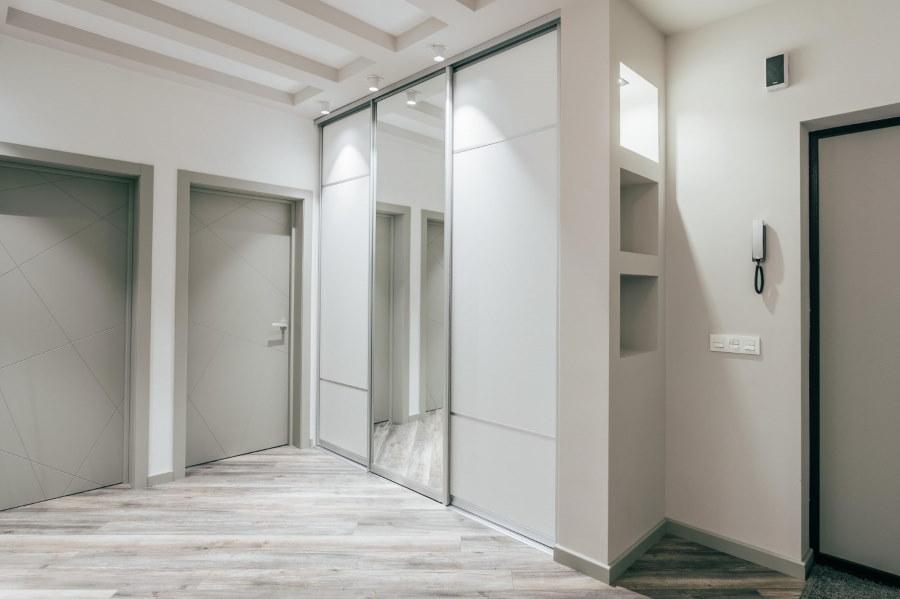 Белый шкаф встроенного типа в прихожей стиля хай-тек