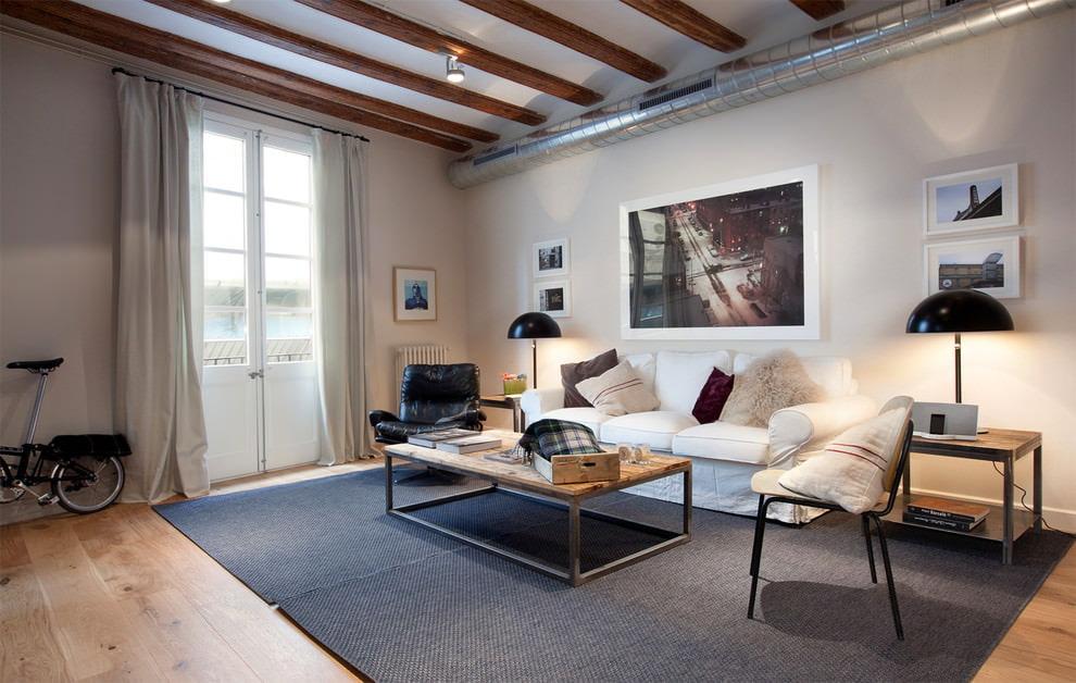Серый ковер в гостиной комнате квадратной формы