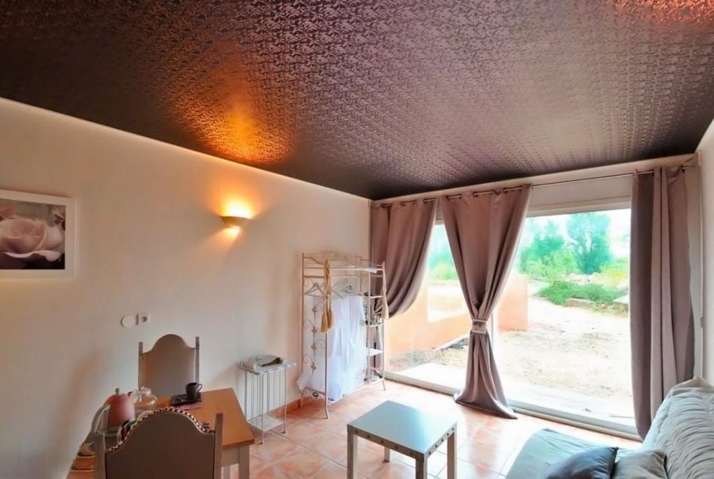 Коричневый натяжной потолок с выраженной текстурой