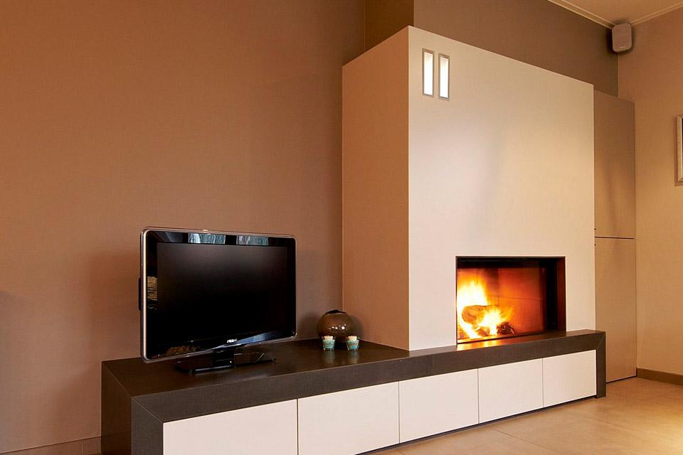 Встроенный электрокамин рядом с телевизором