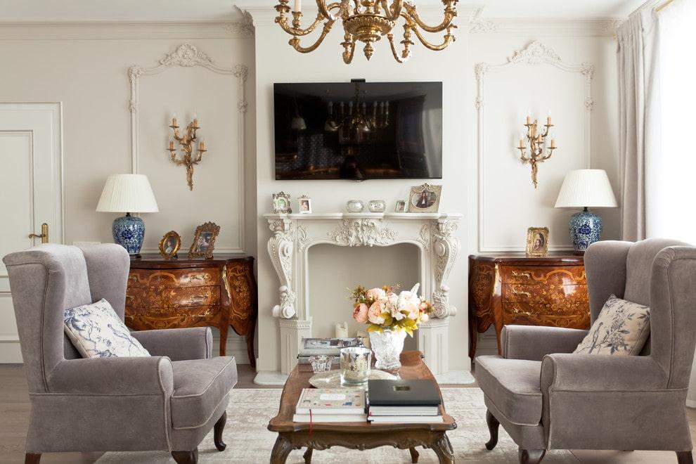 Черный телевизор в интерьере зала с камином в стиле классики