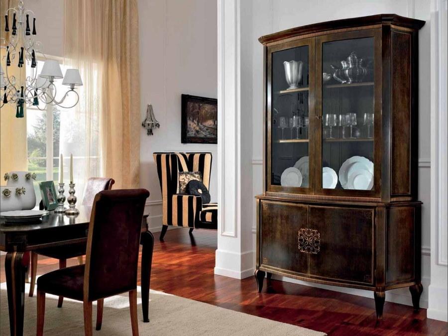 Витрина в стиле ретро в гостиной частного дома