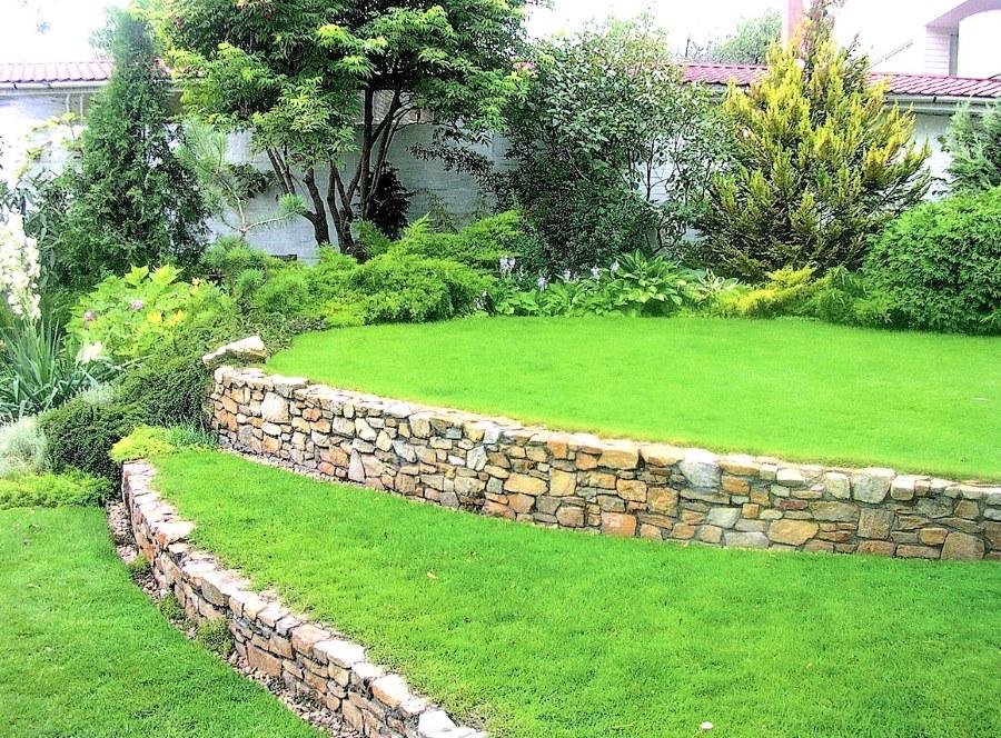 Подпорные стенки из камня на косогоре участка