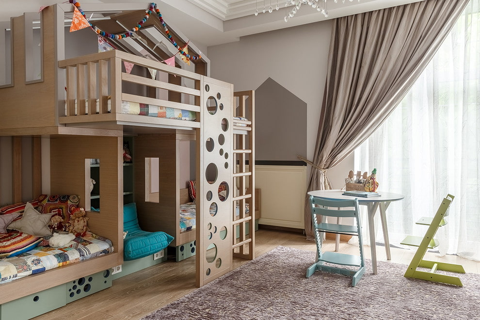 Трехместная кровать-чердак в комнате разновозрастных детей