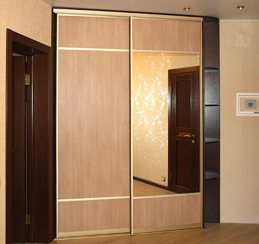 Диагональный шкаф с раздвижными дверками в коридоре