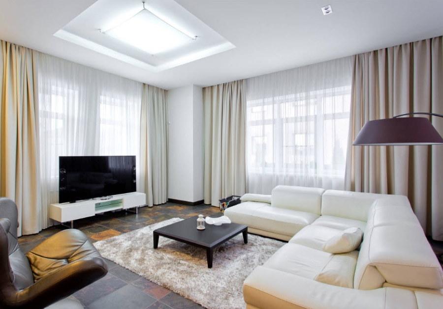 Светлая гостиная в трехкомнатной угловой квартире