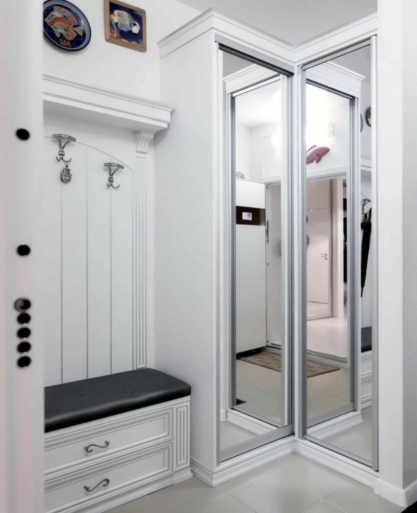 Угловой шкаф с зеркалами на распашных дверцах
