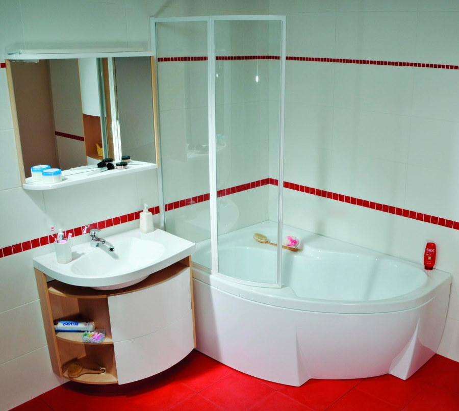 Белая угловая ванна на красном полу