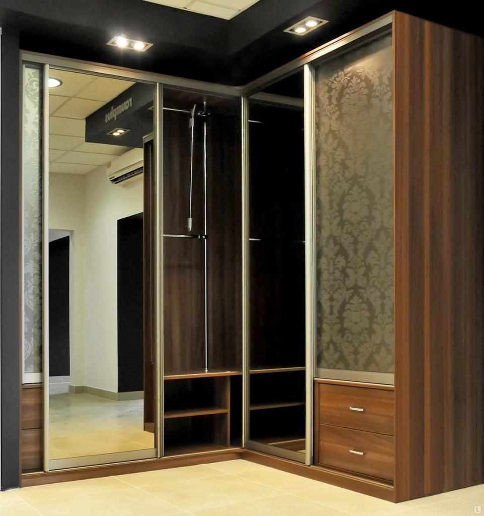 Угловая прихожая с зеркальными дверками