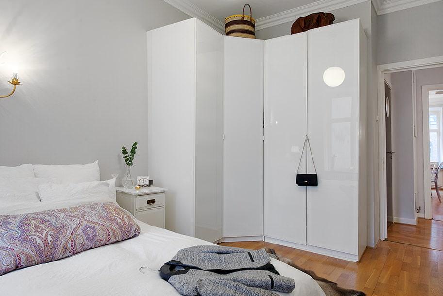Белый угловой шкаф в современной спальне