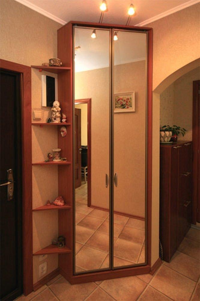 Угловой зеркальный шкаф в углу коридора