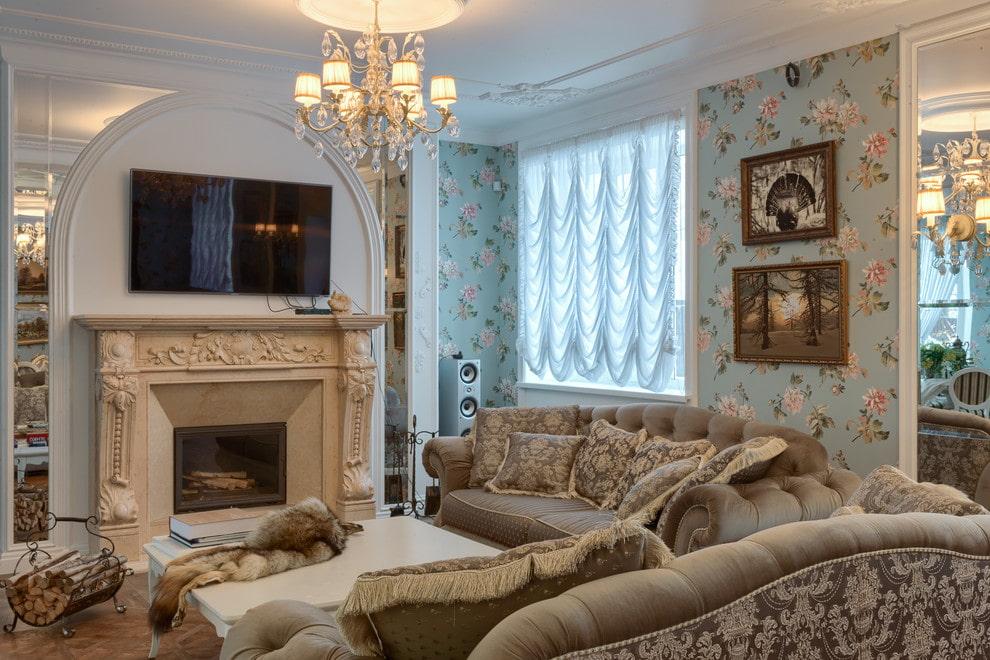 Уютная гостиная с диванами перед камином