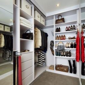 узкая длинная гардеробная декор