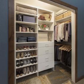 узкая длинная гардеробная интерьер