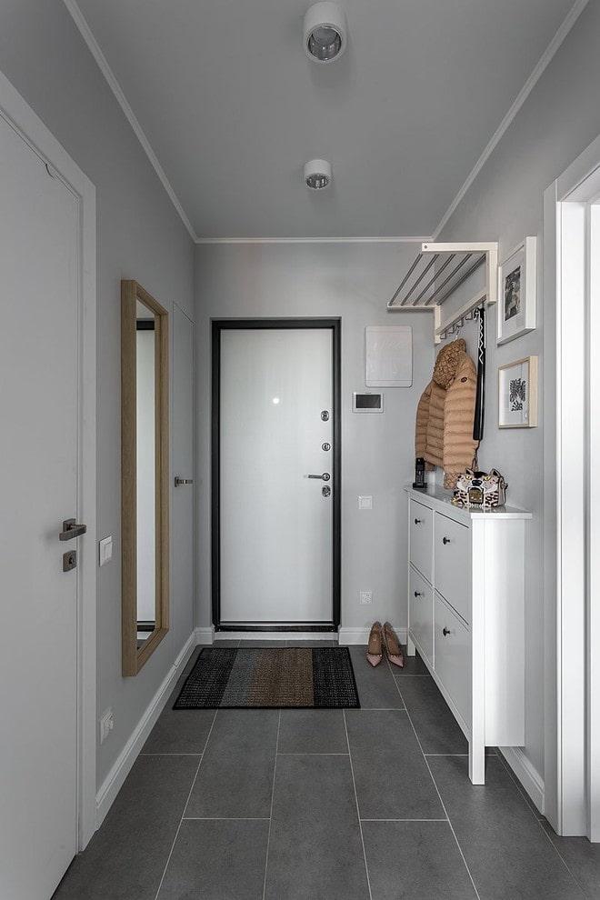 Серый пол в узком коридоре двухкомнатной квартиры