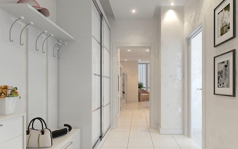 Белый пол в коридоре трехкомнатной квартиры