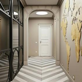 Карта мира на стене прихожей в двухкомнатной квартире