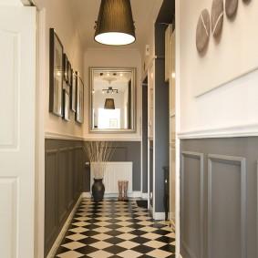 Шахматная укладка плитки на полу в коридоре