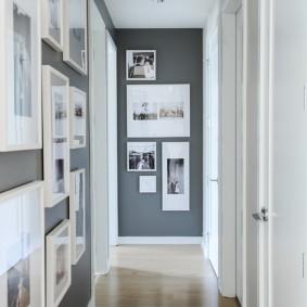 Черно-белые фото на серой стене прихожей