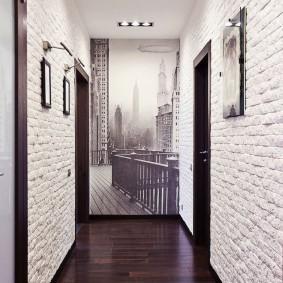 Обои под белый кирпич на стене прихожей