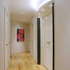 Длинный коридор с белыми стенами