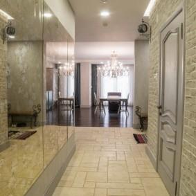 Зеркальная стена в узком помещении