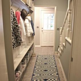 Встроенная мебель в коридоре с лестницей