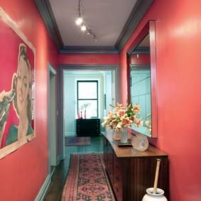 Яркая окраска стен в прихожей небольшой площади