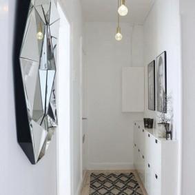 Простые лампочки на шнурах в коридоре квартиры