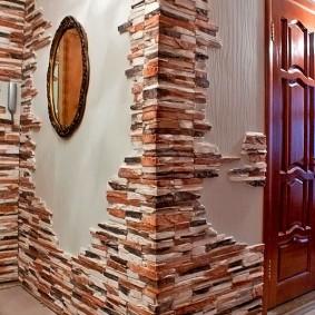 Декор искусственным камнем стен в прихожей