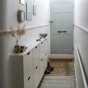 Узкий коридор перед входной дверью в частном доме