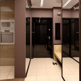 Дизайн маленькой прихожей с зеркальными поверхностями