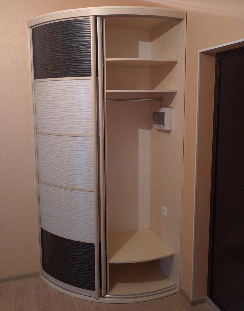 Полукруглый шкаф купейного типа в маленькой прихожей