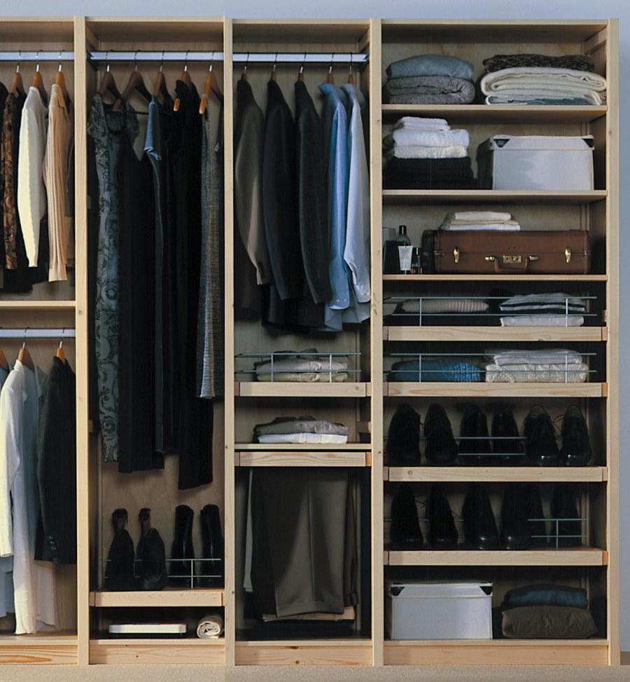Верхняя одежда на вешалках в шкафу прихожей