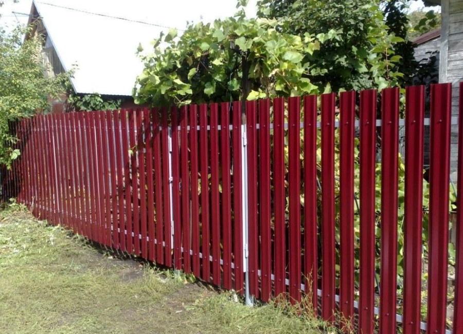 Забор из вертикального штакетника простого профиля